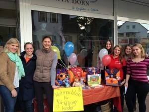 Unser Club sammelt Weihnachtsgeschenke für Flüchtlinge vor der Rita Born in Kelkheim